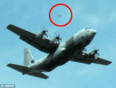 НЛО летел за самолетом.