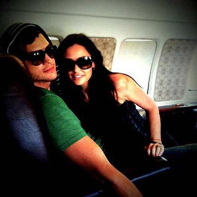 Это фото, сделанное на борту аварийного лайнера, актриса выложила на своей страничке в Twitter. Фото: socialitelife.celebuzz.com.