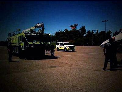 На взлетном поле самолет встречали аварийно-спасательные службы. Фото: socialitelife.celebuzz.com.