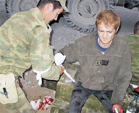 Раненого спецкора «КП» Александра Коца перевязывает медик 135-го мотострелкового полка. 9 августа 2008 г., Зарский перевал в окрестностях Цхинвала.