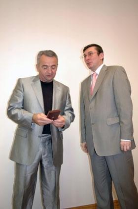 Министр МВД Украины Юрий Луценко вручает награду Сергею Хамуле.