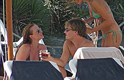 Анна и Лео отлично проводят время: купаются, загорают, пьют прохладное вино и откровенно флиртуют друг с другом. Фото: celebrity-gossip.net.