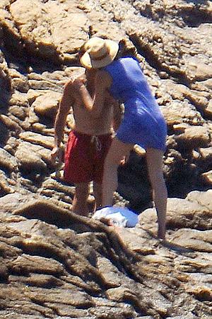 За успешно преодоленный подъем она награждает его страстным поцелуем... Фото: zimbio.com.
