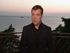 На картинке с видео президента РФ бросаются в глаза два небольших кораблика.