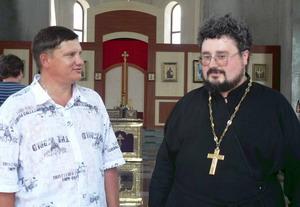 Настоятель храма отец Вячеслав и один из бывших жильцов дома Олег Ярко.