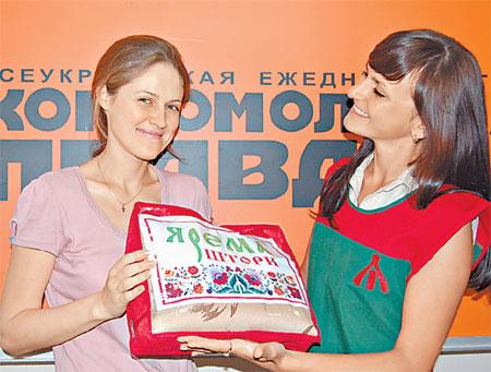 Юлия Агафонова из Северодонецка (вверху) и Светлана Гуляницкая из Таращи (внизу) получили в награду от представителя компании «Ярема штори» Виктории Артемчук кухонные наборы.