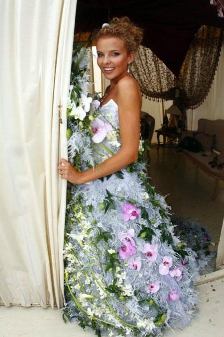 Ведущая Инна Цимбалюк в роскошном платье из живых цветов.