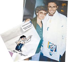 При встрече с Андреем Малаховым шарфик рукодельницы перекочевал на шею телеведущему. А еще Елена вышила для него платочек с эпиграммой.