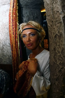 В перерыве между съемками Маша стыдливо прикрывала грудь полотенцем и пряталась за ширмой.