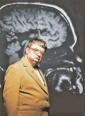 Ким Пик - прототип главного героя в фильме «Человек дождя» - на фоне томограммы своего мозга, правое и левое полушария которого не разделены, а составляют единый блок.