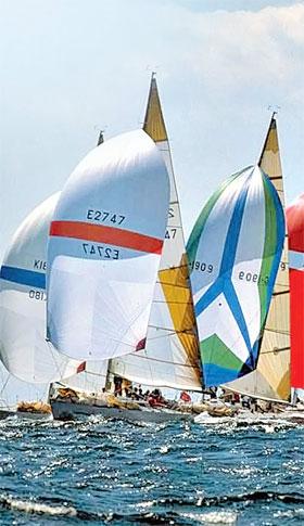 Белоснежные яхты проплывут по Днепру.