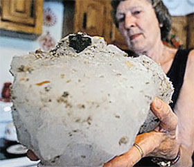 Глыба, пробившая крышу жительницы Айовы.
