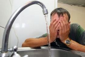 Умываться ледяной водой, может, и полезно, но не очень приятно.