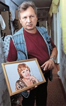 Муж Валентины Гулиной не выпускает из рук ее фотографию.