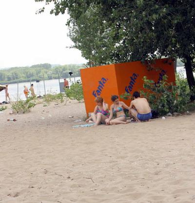 Переодеться в пляжной раздевалке могут не только отдыхающие.