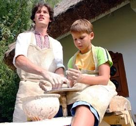 Мастера гончарного дела обучали своему ремеслу.