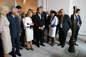 Первые лица государства с интересом рассматривали уникальные экспонаты.