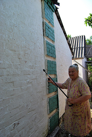 К дому 79-летней Любови Костенко строители так и не добрались, по стенам поползли широкие трещины.