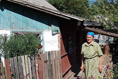 82-летняя участница ВОВ Александра Самойленко: шифер пролежал во дворе три дня - вот и весь ремонт.