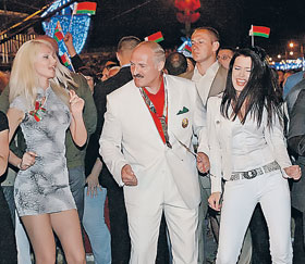 Батька зажигает на дискотеке с солистками ВИА «Верасы» Ольгой Сансевич (слева) и Мартой Голубевой.
