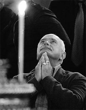 Никита Михалков перед гробом своего отца в храме Христа Спасителя.