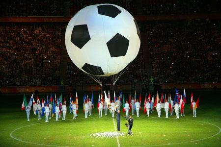 Балерина спустила Ахметову кубок УЕФА прямо с неба.