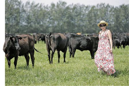 Наш корреспондент Дарья Асламова рядом со стадом знаменитых «мраморных» коров.