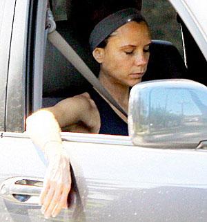 Виктория настолько устала в спортзале, что, сев в машину, сразу же начала дремать. Фото: Daily Mail.