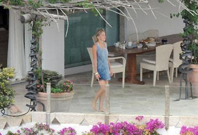 В отеле актриса снимает укромную виллу с огромной террасой. Фото: hellomagazine.com.