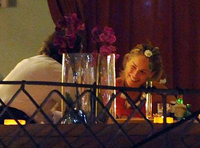 Днем Шэрон купается или ходит по магазинам, а вечером - ужинает с друзьями. Фото: hellomagazine.com.