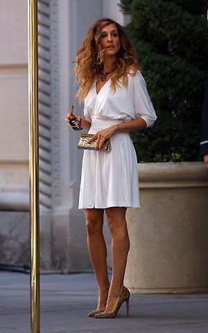 44-летняя актриса в первый съемочный день была одета в элегантное белое платье и туфельки стоимость в тысячу долларов. Фото: Daily Mail.