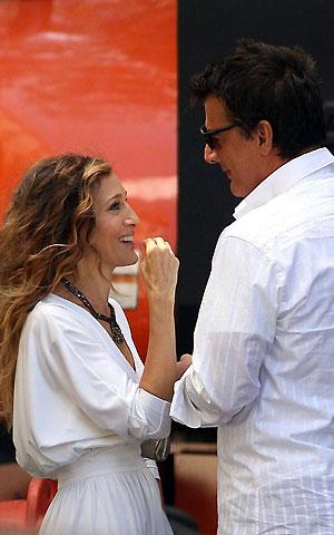 Актриса тепло приветствовала своего партнера... Фото: celebrity-gossip.net.