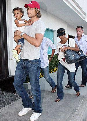 Возлюбленный актрисы и отец ее детей - французский манекенщик Габриэль Обри. Фото: Daily Mail.