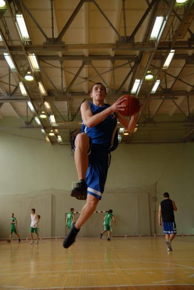 Игра с мячом развивает легкие. Фото Ирины МАКУШИНСКОЙ.