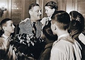 Дети принимали Сергея Михалкова за своего.