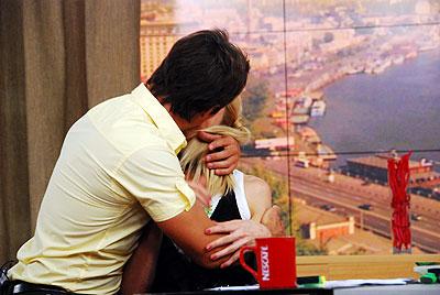 Педан показывает Оле Фреймут, как выглядят «киношные» поцелуи.