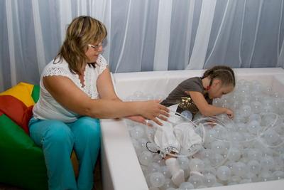 В сухом бассейне цветные, мерцающие нити помогают ребенку снять психоэмоциональную нагрузку.