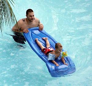 За то, что он присматривает за своими сыновьями, Бритни платит ему 5 тысяч долларов в неделю. Фото: socialitelife.celebuzz.com.