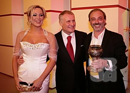 Дизайнер Борис Краснов выпил за здоровье четы Суркисов из авторского кубка.