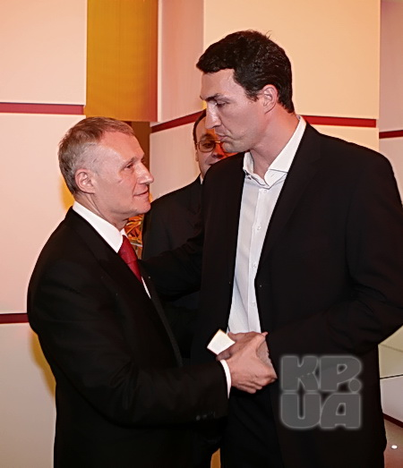 Кличко-младший поздравил Суркиса-старшего за себя и за брата.