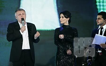 Одним из первых для поздравления на сцену к паре ведущих Канделаки - Зеленский поднялся младший брат именнника.