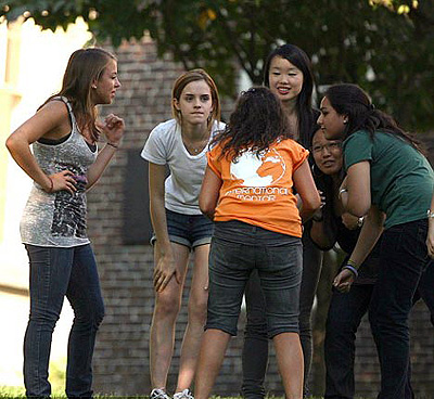 В первый учебный день Эмма пообщалась с однокурсниками... Фото: Daily Mail.