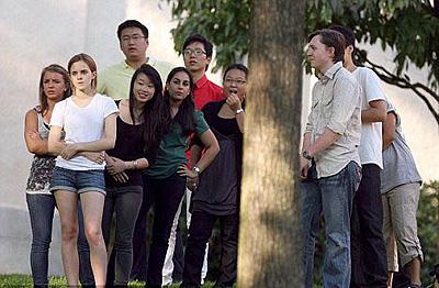 Эмма среди других студентов: тс-с-с, ни слова о Гарри Поттере! Фото: Daily Mail.