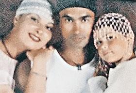 Семейная фотография Лебедевых - Анжелика (слева) вместе с мужем Алексеем и дочкой. Почти идиллия...