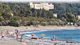 Пока российские курортники, ностальгируя по СССР, загорают на пляжах Абхазии, российский бизнес активно скупает здесь санатории.