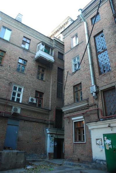 Кабель к дому по Ленина, 38 протянули прямо над двором.