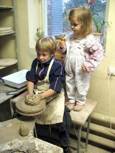 Гончар приучает своих питомцев к ремеслу еще с дошкольного возраста.