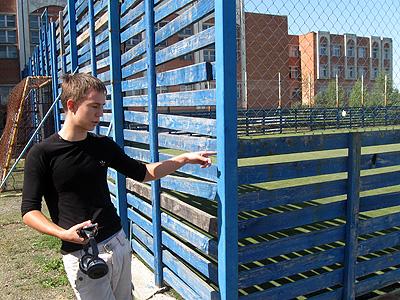 Девятиклассник Дмитрий Чувашов показывает, за каким забором от школьников прячут футбольное поле.
