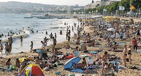 А здесь, на пляже, знаменитостей не встретишь и не ищи...