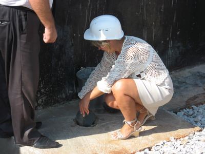 - Тепло будущего дома в надежных женских руках - пайщица Елена Симонова приняла участие в закладке капсулы.